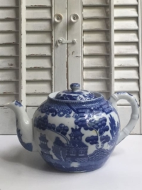 Small Vintage Blue WIllow Teapot